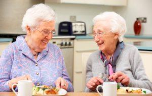 Préparation des repas dans un centre de soins.